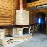 Пристенный камин с большими полками и трехконтурным медным дымоходом