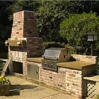 Летняя кухня с камином, грилем и столом